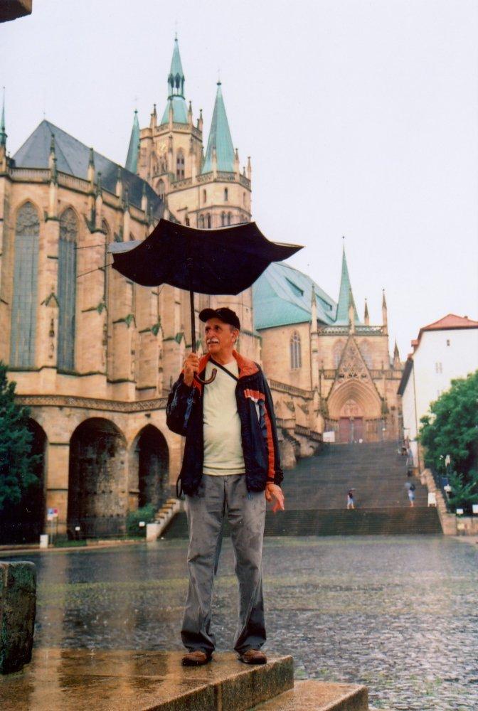 Domplatz, v pozadí Erfurter Dom - deštník nevydržel nápor deště
